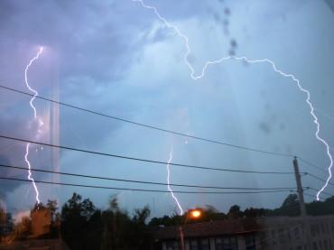 Viharok, villámlásoktól kísért felhőszakadások várhatók szerdán az ország 27 megyéjében