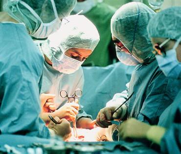 Műtét közben szenvedett áramütést egy orvos és páciense