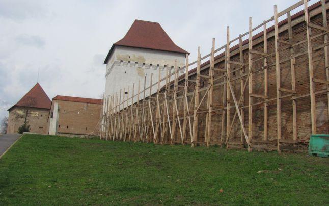 Még mindig zajlanak a munkálatok a marosvásárhelyi várban