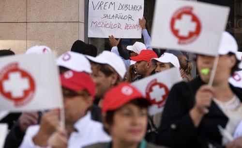 Negyedik napja tiltakoznak az orvosok a minisztérium előtt