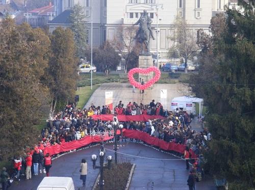 Piros szalag emberekből az AIDS világnapján