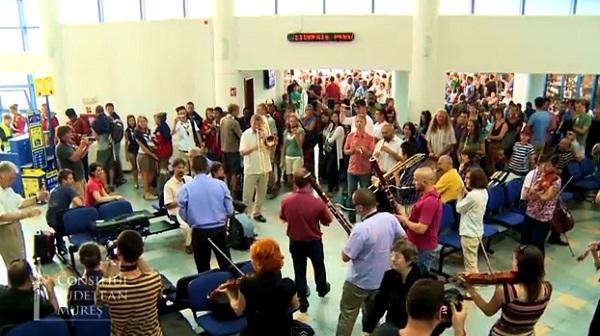 Flashmobot szervezett a Marosvásárhelyi Filharmónia a repülőtéren – Videó