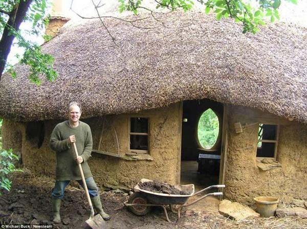 800 lejből épített magának házat egy férfi