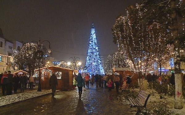 Kigyúlnak a karácsonyi fények Marosvásárhelyen