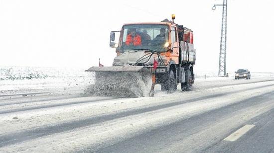 Továbbra is fennakadásokat okoz a hó a közlekedésben