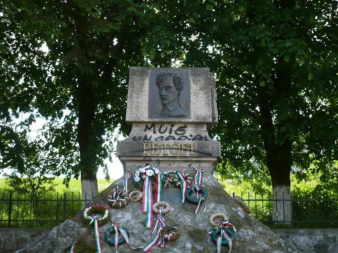 Magyarellenes feliratokat festettek a fehéregyházi Petőfi-emlékműre