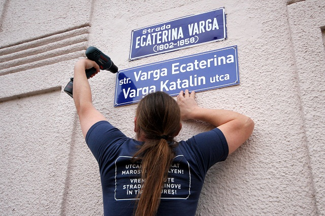 Tetemes bírsággal fenyegeti a marosvásárhelyi rendőrség a kétnyelvű utcanévtáblás házak tulajdonosait