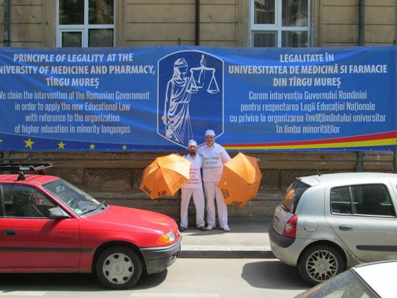 A magyar orvosképzés megoldatlan helyzete miatt demonstrál két aktivista Bukarestben