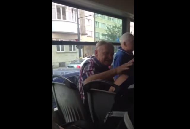 Megütötte a kolozsvári nyugdíjas a buszon utazó fiatal lányt, mert az a mobiltelefonján beszélt! – VIDEÓ