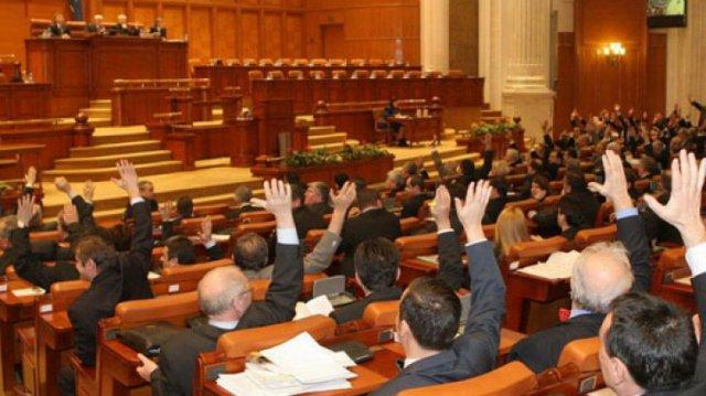 Ismét megszavazta a volt önkormányzati vezetők extra nyugdíját a román szenátus