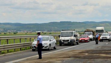 Ellenőrzik a rendőrök az áru- és személyszállító járműveket