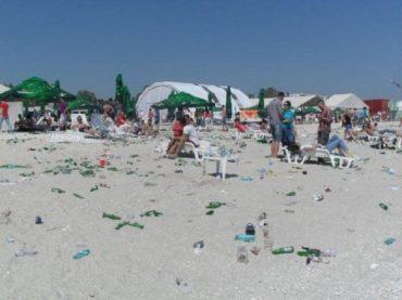 """Szemétben is """"úsznak"""" a román tengerparton üdülő turisták"""