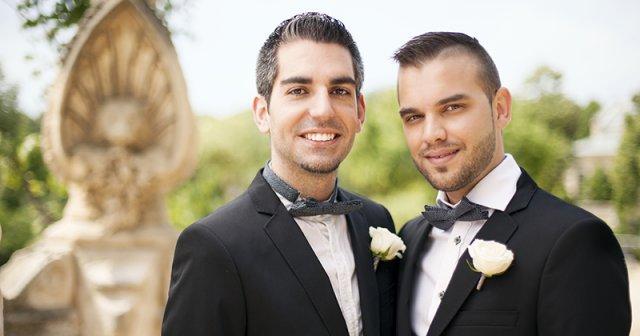 Újra elnapolta az alkotmánybíróság a melegházasság elismerésére vonatkozó döntést