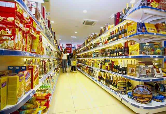 Kihirdették a hipermarketeket több román élelmiszer forgalmazására kötelező törvényt