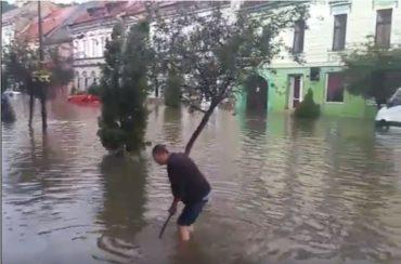 Vízben úszott Segesvár központja a tegnapi eső után – VIDEÓ