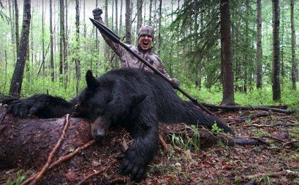 Egy férfi videóra vette, ahogy megöl egy medvét. Az internet azonnal reagált!