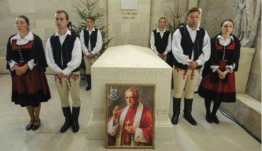 A gyulafehérvári érseki székesegyházban megáldották Márton Áron püspök kőszarkofágját