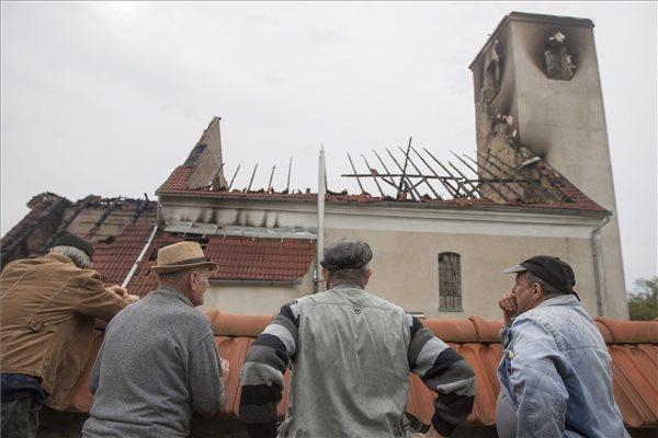 Villámcsapás következtében leégett a székelyföldi Atyha római katolikus temploma
