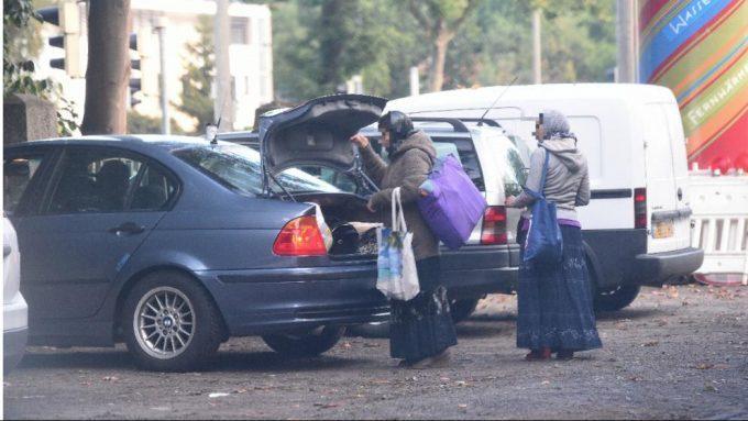 A két nő épp befejezte a kéregetést, majd bepakolt egy 3-as BMW-be!