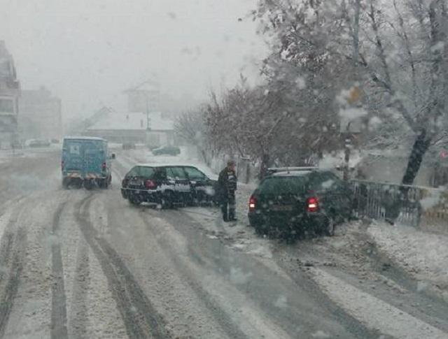 Maros megye: 2.000 fogyasztó áram nélkül maradt a hóvihar miatt, három autót megrongált egy kidőlt fa