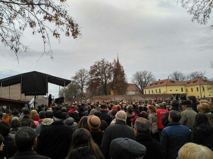 Több ezer ember gyűlt össze szombat délután Marosvásárhelyen, hogy kiálljon a Római Katolikus Gimnázium és Tamási Zsolt mellett