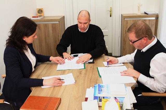 Több mint 1500 aláírást tartalmazó petíciót adott ma le a Maros Megyei Tanácsnak a  Mentsük meg a Transylvania Repülőteret csoport