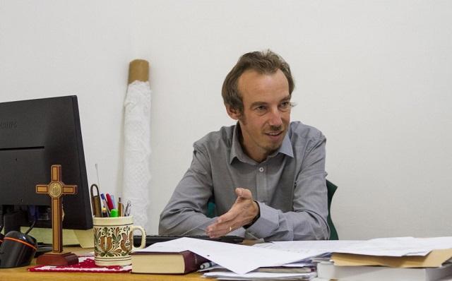 Bemehet pár órára munkahelyére Tamási Zsolt, a Római Katolikus Gimnázium igazgató