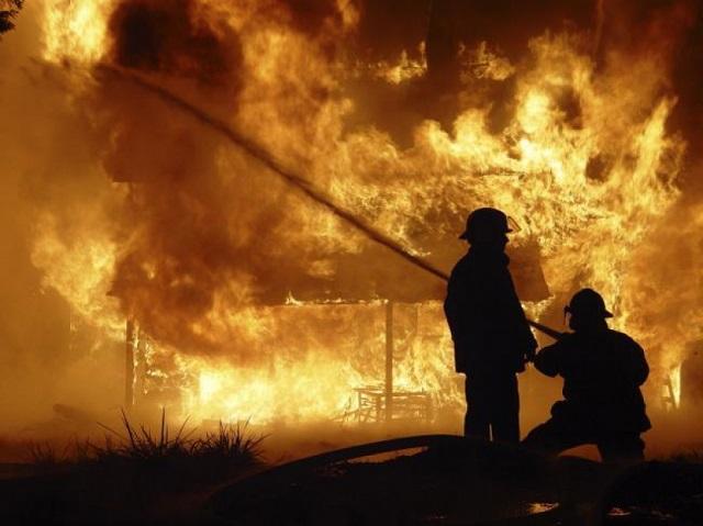 Tűz ütött ki Szovátán egy műanyag lerakatban