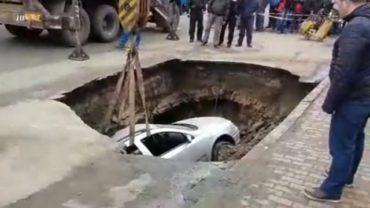 Elnyelt a föld egy autót egy Râmnicu Sărat-i parkolóban