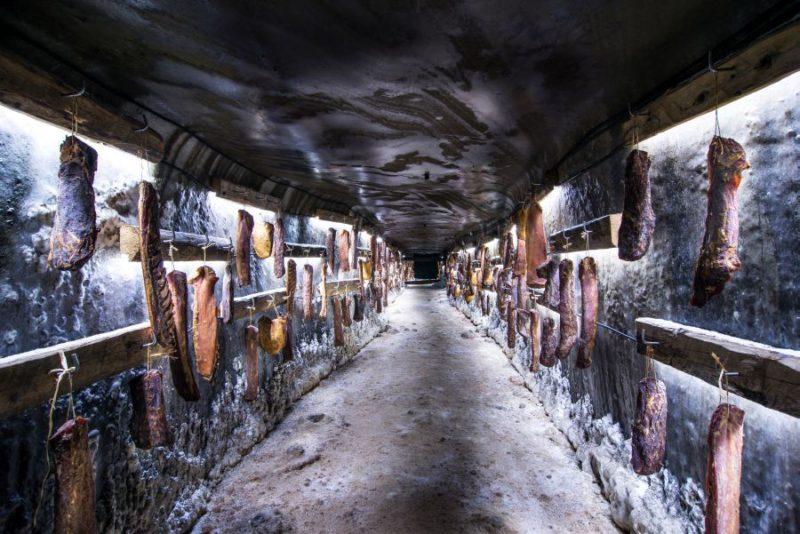Romániában egyedülálló módon készítenek hústerméket a tordai sóbányában