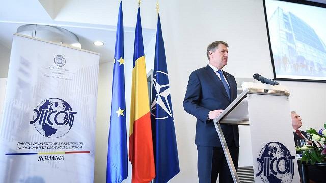 Iohannis: Romániának választania kell a demokrácia és a korrupció között