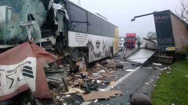 Kamionnal ütközött egy autóbusz az E-60-as úton; öt személy könnyebben megsérült