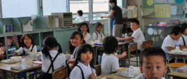 Japán nevelés: a gyerekek egyedül utaznak a metrón, senki nem tesz bejelentést a gyermekvédelmi hivatalnál, és a diákok meg a tanárok együtt takarítanak az iskolákban