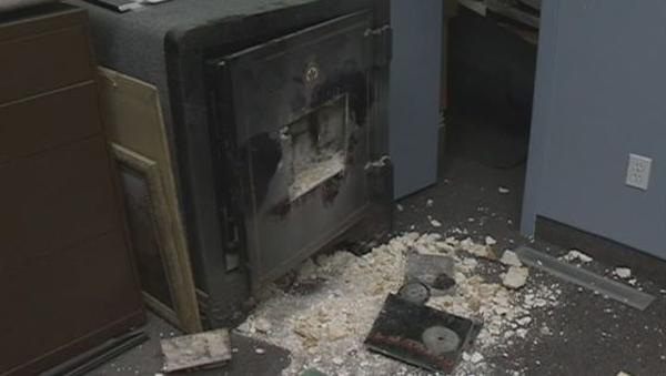 Őrizetbe vettek két Maros megyei férfit, akik a gyanú szerint páncélszekrényt loptak egy szórakozóhelyről