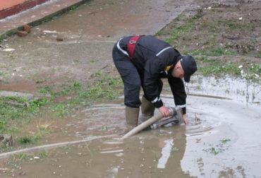 Elöntötte a víz a Maros megyei Gépjármű-nyilvántartási Hivatal udvarát és műhelyét
