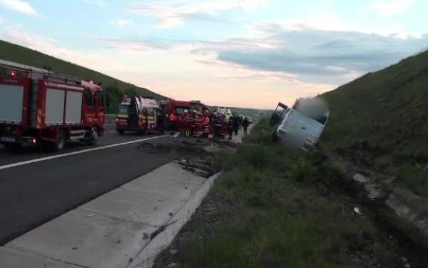 20 gyereket szállító autóbusz borult fel az A1-es autópályán, a sofőr meghalt!