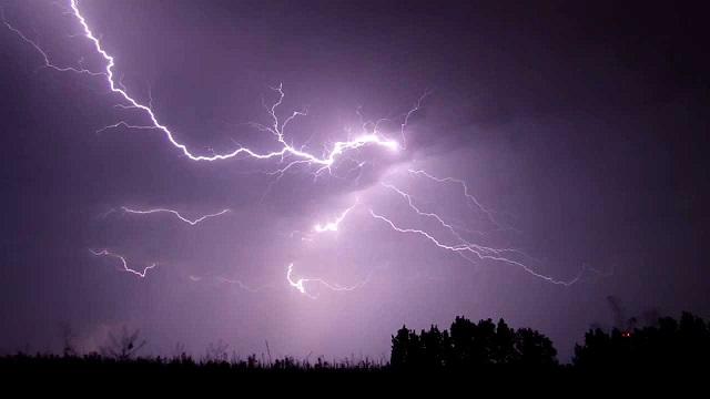 Villámlással kísért záporokra, felhőszakadásra, viharossá fokozódó szélre számíthatunk szombat estig