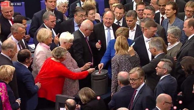 Németországban megszavazták a melegházasságot, Angela Merkel NEM-el szavazott