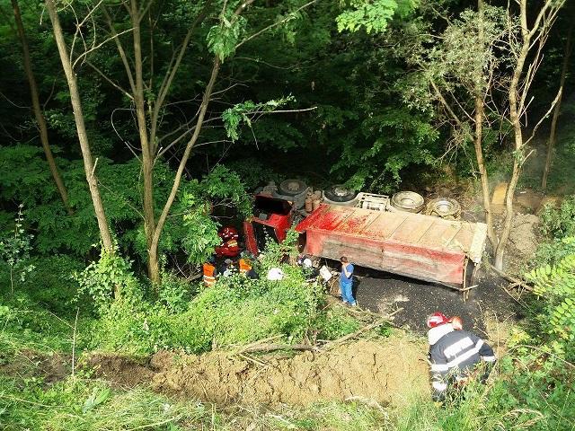 15 méteres árokba zuhant egy teherautó Balavásárnál. A sofőrt súlyos állapotban szállították kórházba