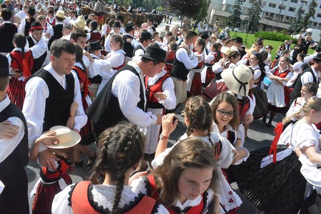 Ha a fiataljaink olyan lelkesen fognak közösséget építeni, ahogyan énekelnek, nevetnek, táncolnak az Ezer Székely Leány Napján, akkor nem lesz baj