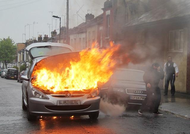Hatósági felügyelet alá helyeztek egy külföldi állampolgárt, aki két személygépkocsit is felgyújtott