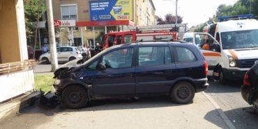 Egy baleset során autó csapódott a járdára a November 7-ben