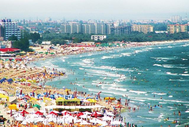 Több mint 200.000 turista tölti a tengerparton a hosszú hétvégét