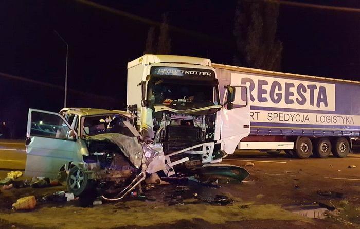 Tiltott helyen tért le a kamion sofőrje, amely egy kisbusszal ütközött