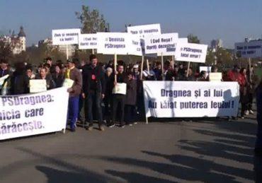 Több ezren tiltakoznak a kormány ellen a parlament épülete előtt