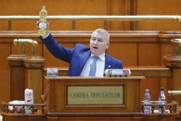 Tej, tojás, olaj és vaj a parlamentben – ezért vitte magával őket egyik képviselő