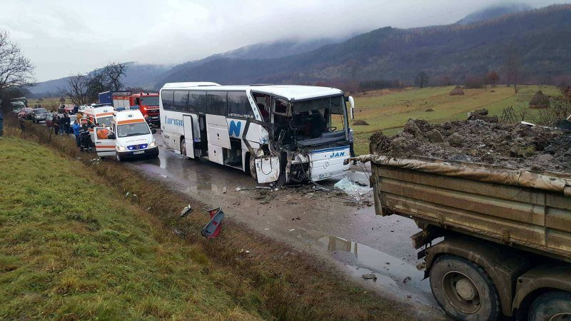 Kamionnal ütközött egy autóbusz, eddig 13 sérültről tudnak