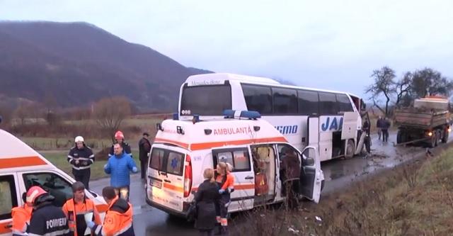 Buszbaleset: 17 sérültet szállítottak kórházba, kettőnek az állapota súlyos