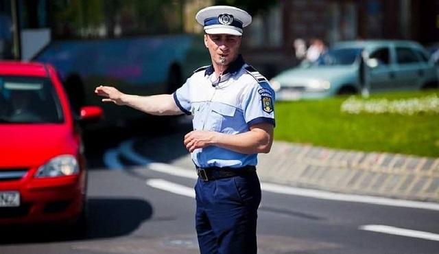 Kétnyelvű figyelmeztetéseket osztogat a marosvásárhelyi helyi rendőrség a szabálytalankodó sofőröknek