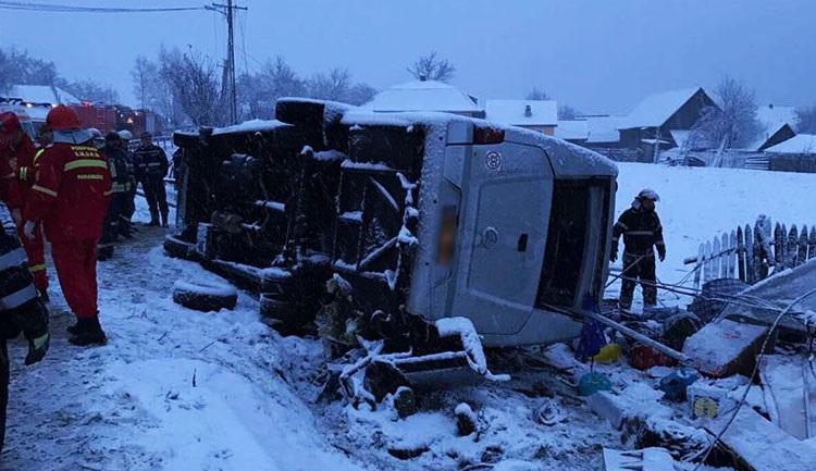 2 ember meghalt, 18-an megsérültek, amikor egy kisbusz megcsúszott és felborult Borszék és Gyergyótölgyes között